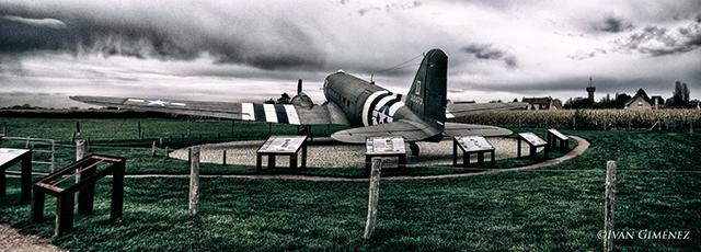 Un avión Dakota en la batería de Merville
